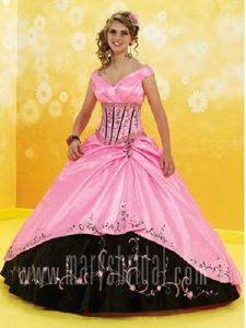 Modern V-neck Black and Pink Quinceanera Gowns with Embroidery in Debrzno